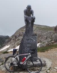 Pantani monument op de top van de Fauniera